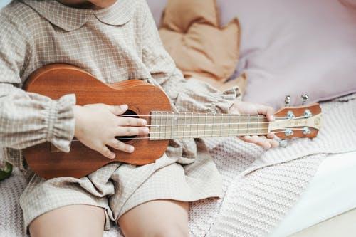 dítě kytara