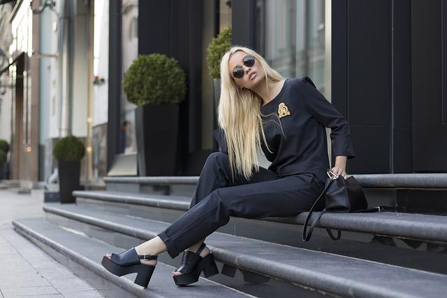 blondýna na schodech