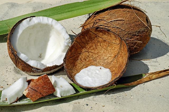 rozbitý kokosový ořech