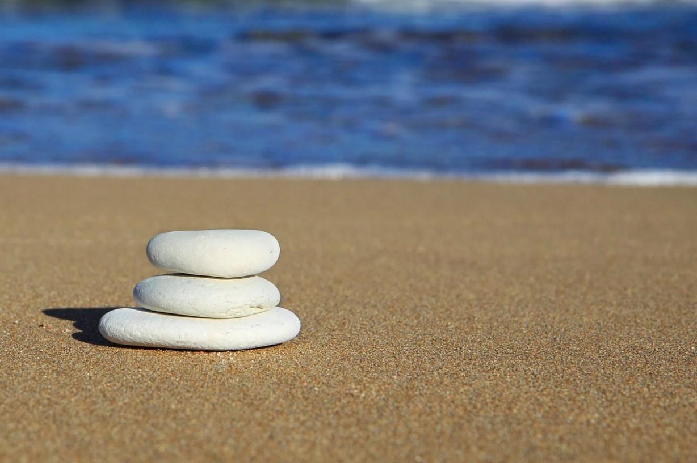 písečná pláž s oblázky